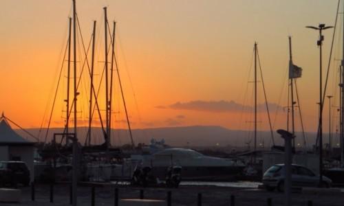 WłOCHY / Sycylia / Syrakuzy / zachód słońca nad mariną