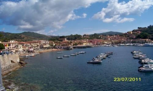 Zdjecie WłOCHY / - / Porto Azzurro , wyspa Elba / Widok na zatoczkę Porto Azzurro