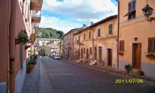 WłOCHY / - / Capodimonte, nad Lago di Bolsena / Capodimonte, typowa uliczka brukowa