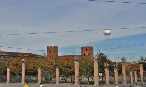 WłOCHY / Piemont / Turyn / Turyn, rzymska brama z balonem