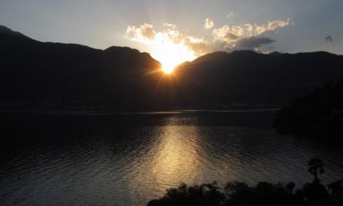 Zdjecie WłOCHY / Lombardia / Lago di Como / noc przyszła...