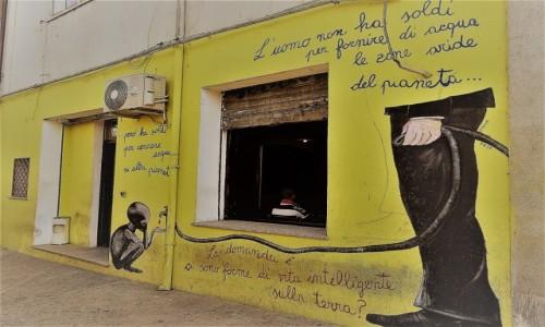 Zdjęcie WłOCHY / Sardynia / Orgosolo / Historia świata  na muralach w Orgosolo - Czy na Ziemi istnieją inteligentne formy życia?