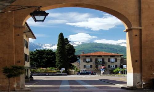 Zdjęcie WłOCHY / Lombardia / Chiavenna / Widok wpisany w bramę