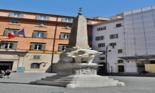 Zdjęcie WłOCHY / Lazio / Rzym / Rzym, kolumna egipska ze słoniem