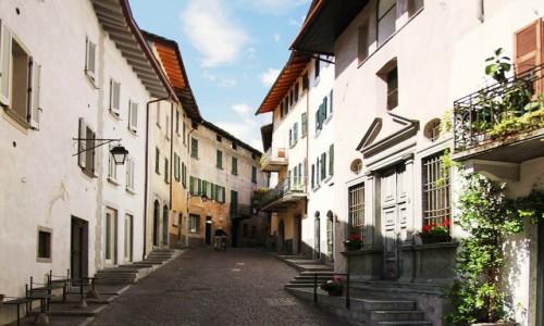 Zdjęcie WłOCHY / Lombardia / Chiavenna / Pusto o poranku