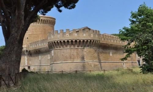 WłOCHY / Lazio / Rzym / Ostia, średniowieczny zamek