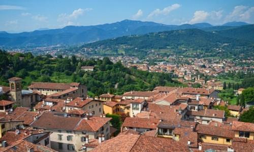 Zdjecie WłOCHY / Lombardia / Bergamo/Citta Alta / nad dachami