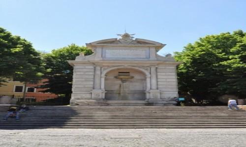 Zdjęcie WłOCHY / Lazio / Rzym / Zatybrze, fontanna jakich wiele