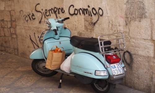 Zdjęcie WłOCHY / Apulia / Bari / Błękitny skuter