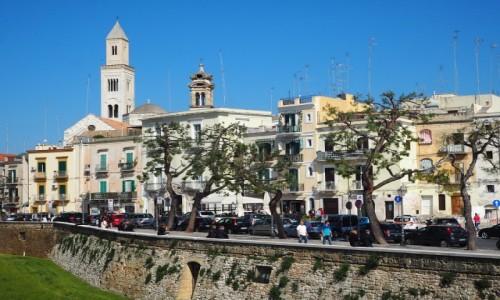 Zdjęcie WłOCHY / Apulia / Bari / Fosa z katedrą w tle