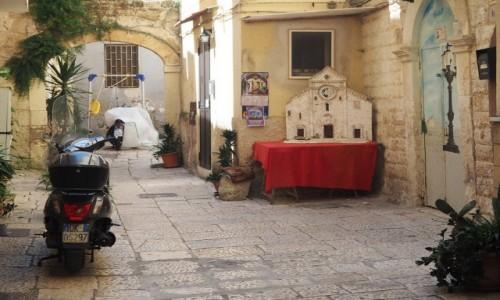 Zdjęcie WłOCHY / Apulia / Bari / Kapliczka i skuter - zestaw obowiązkowy