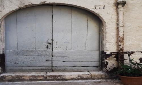 Zdjecie WłOCHY / Apulia  / Bari / Szare drzwi