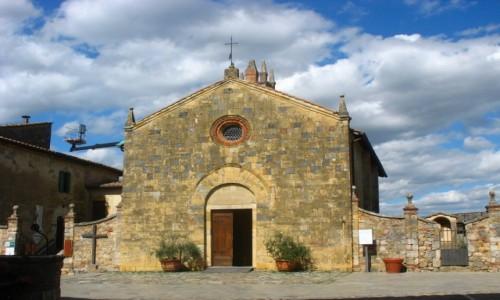 WłOCHY / Toskania / Wewnątrz murów miasta / Kościółek w Monteriggioni