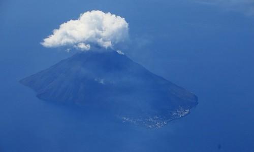 Zdjęcie WłOCHY / Wyspy Liparyjskie / Stromboli / Stromboli z lotu ptaka