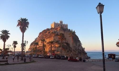 Zdjęcie WłOCHY / Kalabria / Tropea / kościół  Św. Marii na wyspie o zachodzie słońca