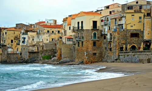 WłOCHY / Sycylia / Cefalu / Na plaży w Cefalu