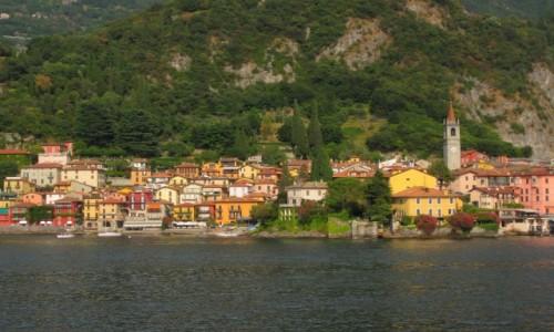 Zdjęcie WłOCHY / Lombardia / Lago di Como / domki przykucnęły na brzegu...