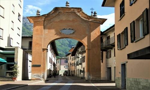 Zdjęcie WłOCHY / Lombardia / Chiavenna / Brama miejska