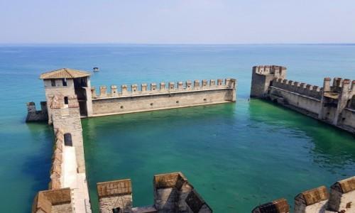 Zdjęcie WłOCHY / Lombardia- jezioro Garda / Sirmione / Przed zamkiem Scaligerich