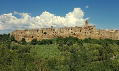 WłOCHY / Toskania / Pitigliano / Na tufowej skale