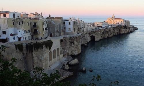 WłOCHY / Apulia / Vieste / Viesta miasto na klifie