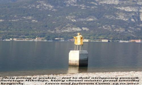 Zdjecie WłOCHY / Lombardia / Lecco nad jeziorem Como / Posąg w wodzie