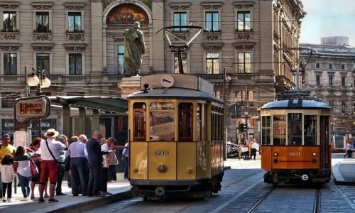 WłOCHY / Lombardia / Mediolan / Czekając na tramwaj