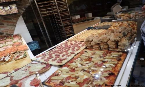 Zdjecie WłOCHY / Lombardia / Bergamo - Citta Alta ( górne miasto) / pizzeria - pizza z frytkami