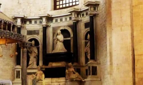 WłOCHY / Apulia / Bari / bazylika św. Mikołaja - grobowiec Bony Sforza