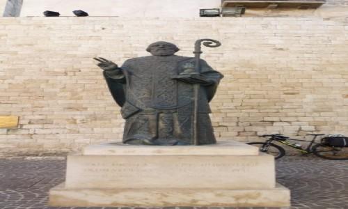WłOCHY / Apulia / Bari / posąg św. Mikołaja