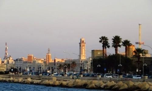WłOCHY / Apulia / Bari / panorama miasta z nadbrzeża