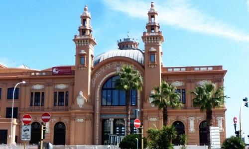 Zdjecie WłOCHY / Apulia / Bari / budynek teatru