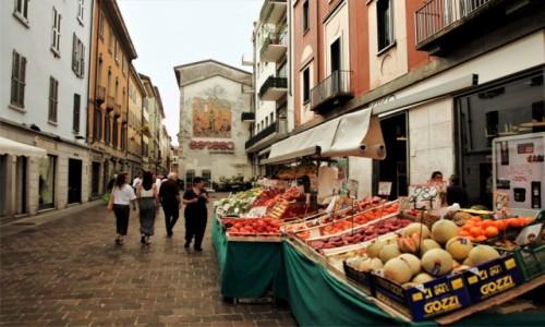 Zdjecie WłOCHY / Lombardia / Como / Stragany w uliczce