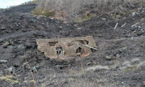 Zdjecie WłOCHY / sycylia / pod szczytem Etny / dom po wybuchu etny