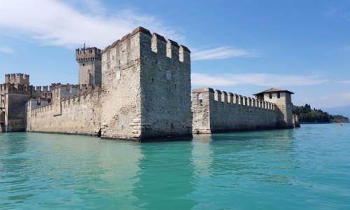 Zdjecie WłOCHY / Lombardia-Lago di Garda / Sirmione-Il Castello scaligero / Zatopiony w turkusach