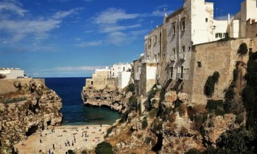 WłOCHY / Apulia / Widok z mostu na słynną plażę przy klifach / Uroki Apulii - Polignano a Mare