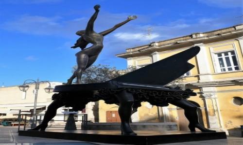 WłOCHY / Bazylikata / centrum Matery / Matera- te surrealistyczne rzeźby i instalacje to - jeżeli ktoś nie zgadł - dzieła Salvadora Dali
