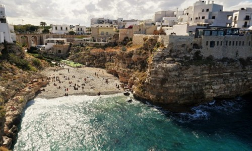 Zdjecie WłOCHY / Apulia / Widok z klifu na plażę / Uroki Apulii - klify Polignano a Mare