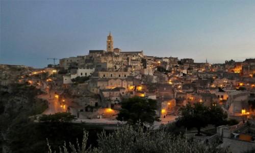 WłOCHY / Bazylikata / Sassi Barisano / Spacerkiem po Materze - gdy zapalają się światła magiczny urok miasta jeszcze się potęguje