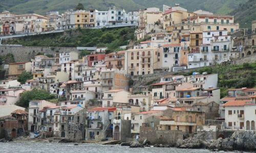 Zdjęcie WłOCHY / połudnowe Włochy / typowe kalabryjskie miasteczko... / Calabria - Scilla