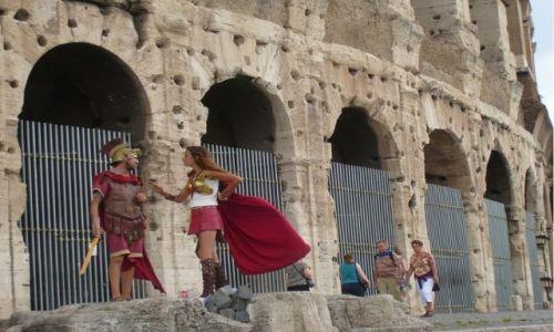 Zdjecie WłOCHY / Rzym / Przed Koloseum / Rzymianie atakują!!!