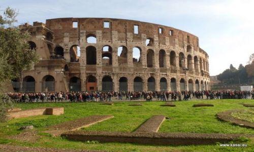 WłOCHY / brak / Rzym / Rzym tłumy przez Koloseum