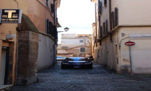 WłOCHY / Lacjum / Rzym / uliczka na wymiar auta