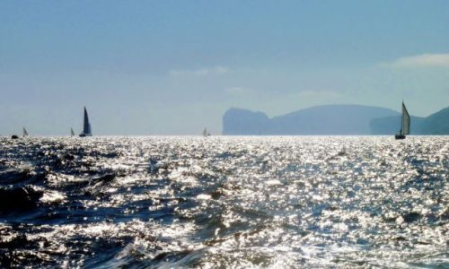 WłOCHY / Sardynia / blisko Alghero / Sardynia, skały w oddali