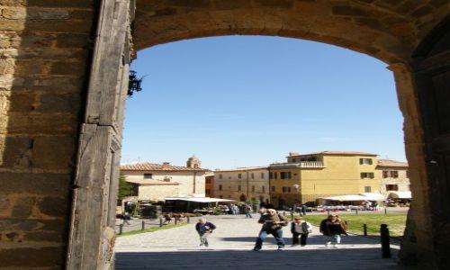 Zdjecie WłOCHY / Toskania / Montalcino - forteca / Forteca Montalcino - widok na miasteczko