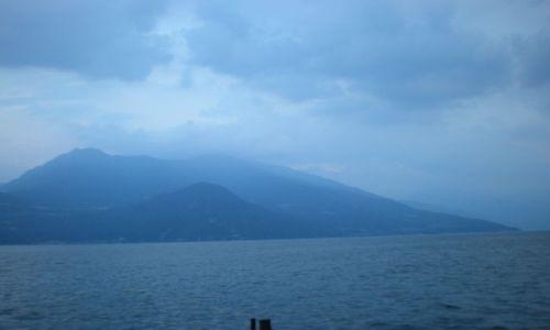 Zdjęcie WłOCHY / Jezioro Como / Como / Jak to bywa w górach nagle załamała się pogoda i zrobiło się zimno ,ciemno a do domu daleko.