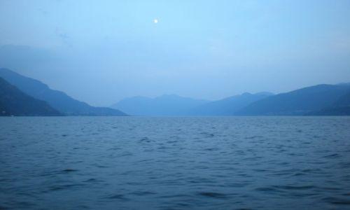 Zdjęcie WłOCHY / Jezioro Como / Como / Bezmiar wody i góry robią wrażenie norweskiego fiordu.