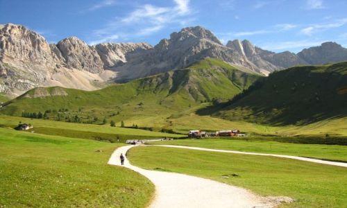 WłOCHY / . / Dolomity / Widok na schronisko Fuchiade