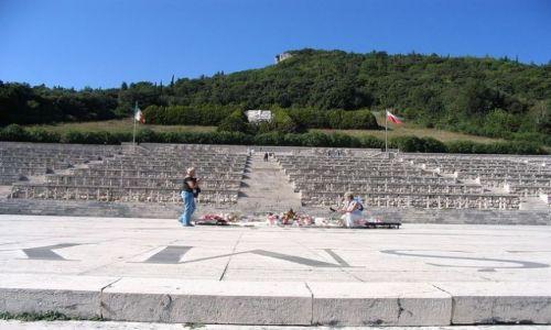 WłOCHY / Apeniny Środkowe / Monte Cassino (Montecasino), wzgórze we Włoszech (Apeniny Środkowe), nad doliną rzeki Liri / cmentarz wojenny II Korpusu