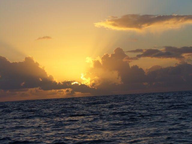 Zdjęcia: między Karaibami a Azorami, Atlantyk, Zachód słońca na Atlantyku, WYSPY KARAIBSKIE